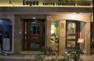 Το Logos το βράδυ με αυτόνομη είσοδο και το χαρακτηριστικό ρολόϊ στον εξώστη